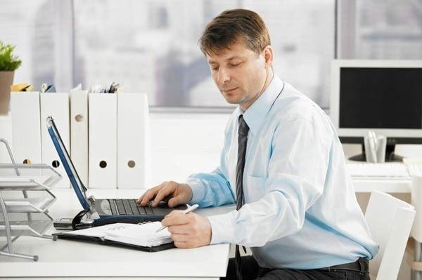 Ngồi quá lâu bên bàn làm việc hay để kích thước bàn quá cao so với cơ thể sẽ khiến cho bạn gặp phải hàng loạt vấn đề